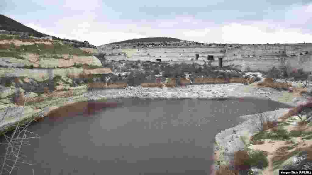 Уровень воды в карьере сильно понизился после выкачивания воды. Глубина водоема раньше доходила до 60 метров, площадь водного зеркала около 23 тысяч квадратных метров. Как выглядело карьерное озеро в конце ноября – в фотогалерее