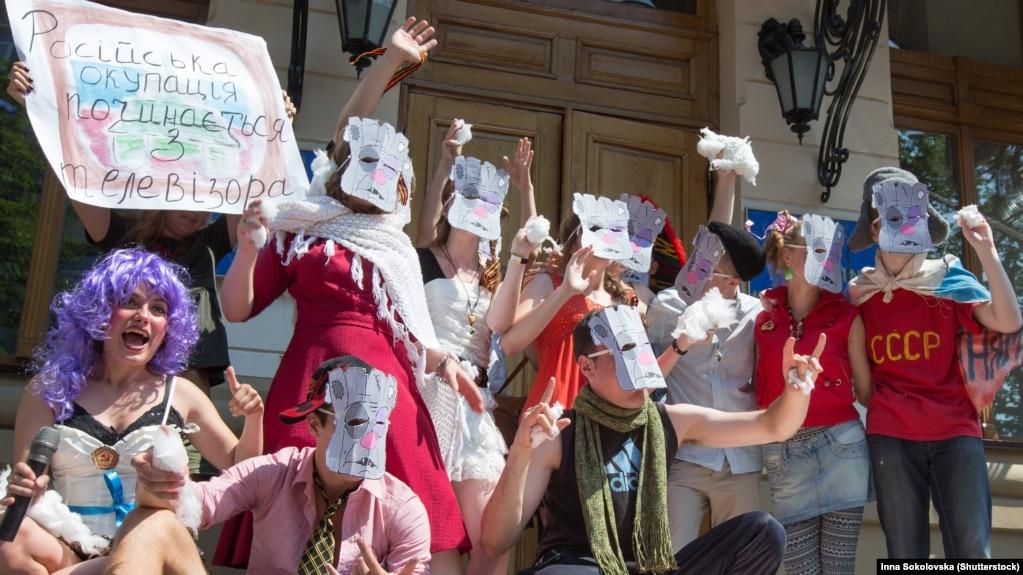 Театрализованная акция, участники которой пародировали и высмеивали российских артистов и телезвезд, которые поддержали аннексию Крыма или отличились другими антиукраинскими заявлениями