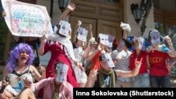 Театралізована акція, учасники якої пародіювали й висміювали російських артистів і телезірок, які підтримали анексію Криму або відзначилися іншими антиукраїнськими заявами