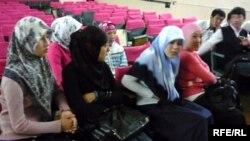 Школьницы в мусульманских платках в школе. Иллюстративное фото.