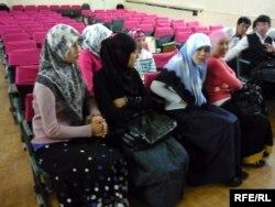 Қазақстан орта мектептерінің бірінде хиджаб киген оқушы қыздары. (Көрнекі сурет)