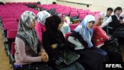 Школьницы в хиджабах в средней школе. Шымкент, 2010 год.