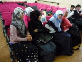 Хиджаб тағып отырған колледж студенттері. Шымкент, 4 мамыр 2010 жыл.