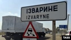 Një kamion nga konvoji rus duke hyrë dje në Ukrainë në vendkalimin kufitar Izvarine