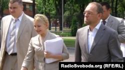 Юлія Тимошенко та Сергій Власенко біля Апеляційного суду Києва, 8 червня 2011 року