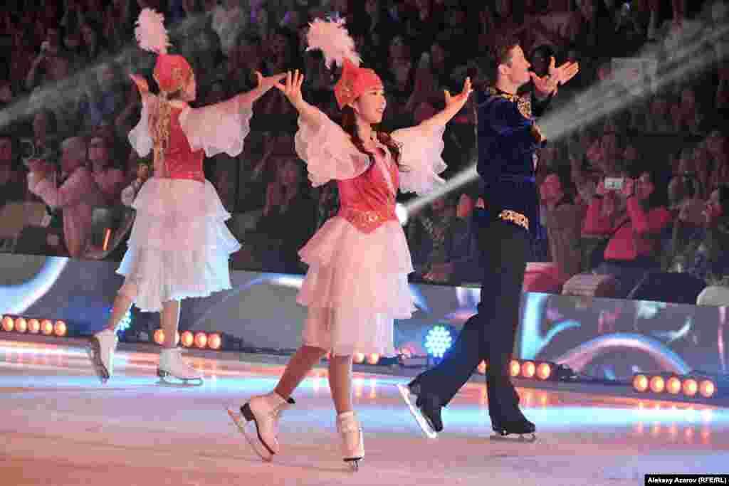 Шоу «Денис Тен и друзья» всегда завершалось групповым выступлением всех участников в национальных казахских костюмах. Создатели шоу «Друзья Дениса» сохранили эту традицию.