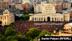 Armenia -- Tens of thousands of people gather in Yerevan's Republic square for a protest against Prime Minister Serzh Sarkisian, 22Apr2018