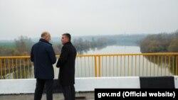 Pavel Filip și Vadim Krasnoselski la redeschiderea podului de la Gura Bîcului