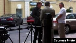 Один із оприлюднених в інтернеті фотознімків; людина, схожа на Джаниша Бакієва, – праворуч