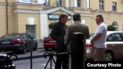 Халықаралық іздеуде жүрген Жаныш Бакиев (ортада) пен серіктері. Минск, 17 тамыз 2012 жыл.