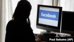 13 yaşına çatmış qızların yarıya qədəri sosial mediada gündə bir saatdan çox vaxt keçirirmiş.