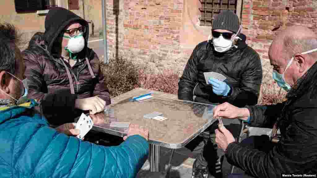 Жители городка Сан Фьорано на севере Италии играют в карты. Населенный пункт расположен в регионе Ломбардия, который была среди первых областей, где объявлен карантин