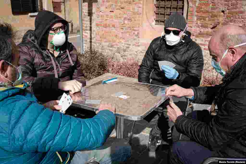 Жителі містечка Сан Фьорано на півночі Італії грають у карти. Населений пункт розташований в регіоні Ломбардія, яка була серед перших областей, де оголосили карантин