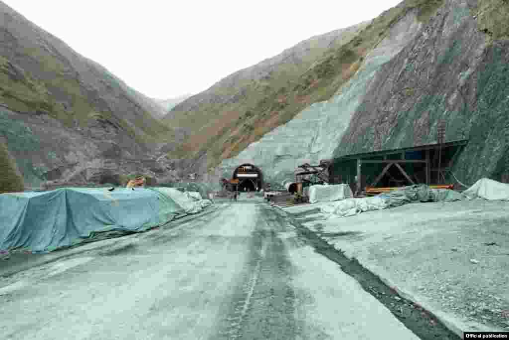 Общая протяженность туннеля на данном участке дороги составляет 3,8 тысячи метров, ширина - 15 метров. На сегодняшний день завершено строительство 476 метров.