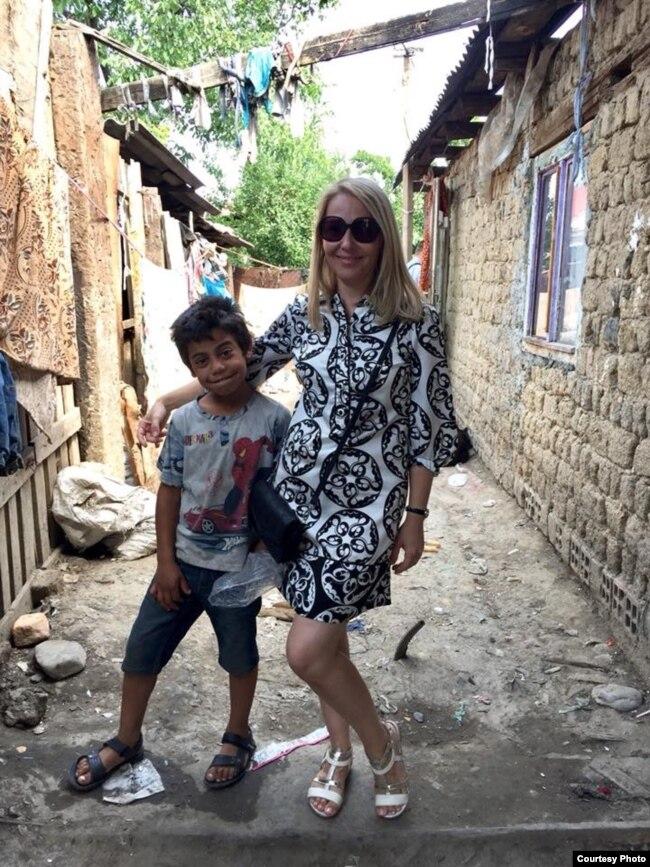 Людмила Бандурчак із хлопчиком-ромом