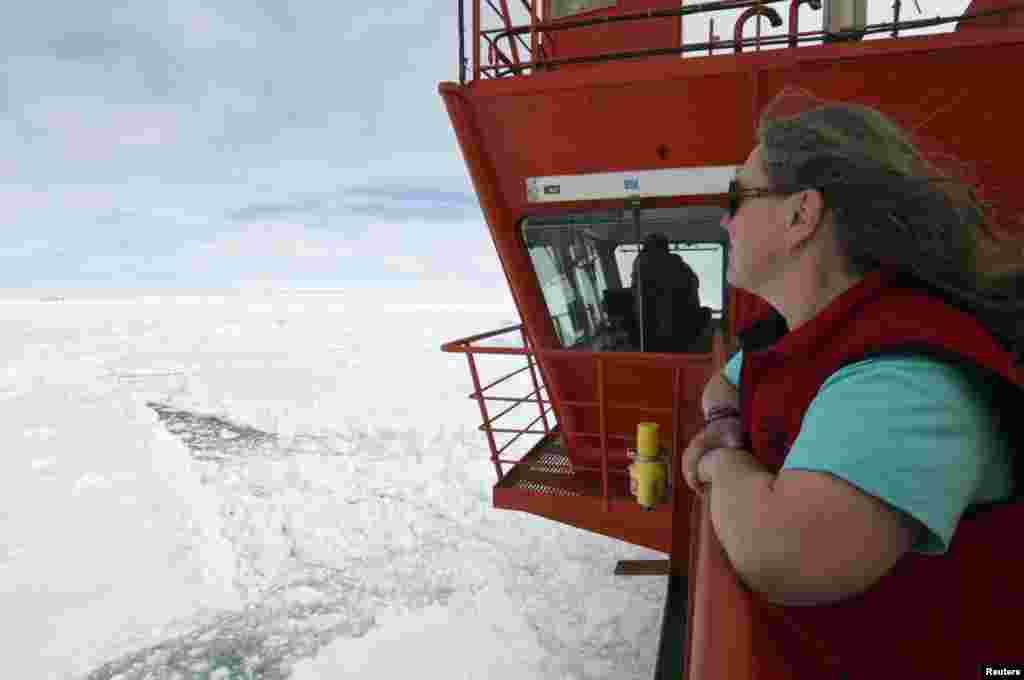 """2 января 52 исследователя и туриста, находившихся на застрявшем в антарктических льдах российском экспедиционном судне """"Академик Шокальский"""", вертолетом были переправлены на австралийское судно Aurora Australis."""