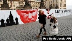 Чешские активисты ведут борьбу с влиянием Кремля на многих фронтах – акция возле Града, офиса президента Чехии Милоша Земана