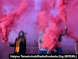 Учасники протесту у Львові запалили фаєри