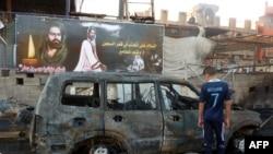 Сгоревший автомобиль на месте взрыва в Багдаде