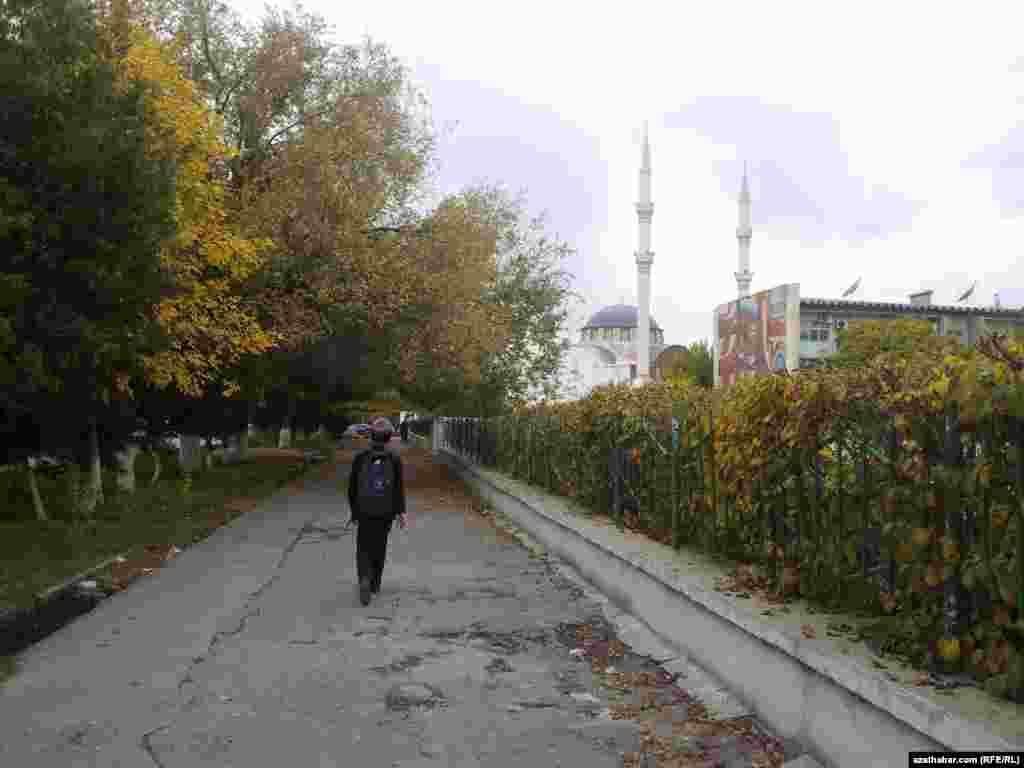 Школьник спешит домой после уроков. Ашхабад, Туркменистан