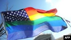 """""""Радужный"""" флаг развевается у здания Верховного суда в Вашингтоне, 26 марта 2013 года."""