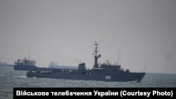 Корабль ВМС России возле украинских кораблей. Керченский пролив