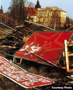 Местечко Курживоды после того, как оттуда уехали советские войска. Курживоды были превращены в закрытую военную зону, местное население было выселено, а костел и замок в стиле ренессанс со временем полностью обветшали