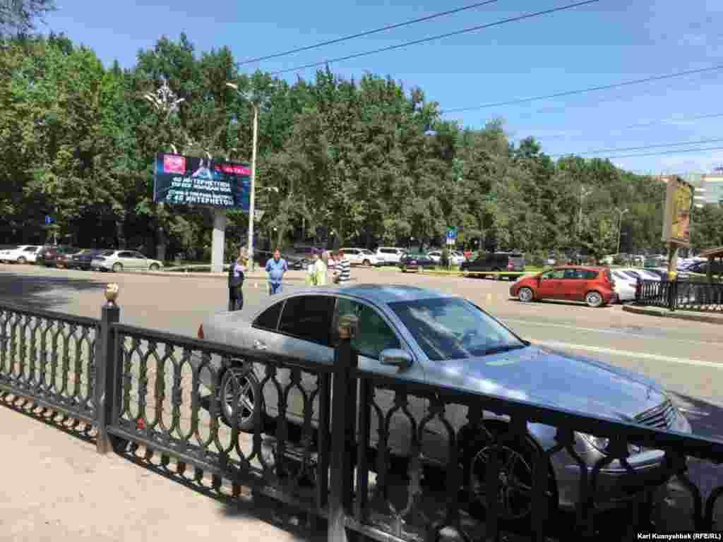 Прилетевший вечером 18 июля в Алматы министр внутренних дел Казахстана Калмуханбет Касымов заявил, что устроивший стрельбу по полицейским задержанный сделал это «из чувства мести к полиции».