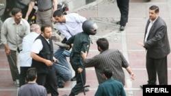 صحنهای از برخورد نیروهای امنیتی با معترضان به نتایج انتخابات در تهران
