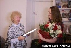 Тамара Сідарэнка ўручае прэмію Юліі Дарашкевіч