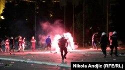 Policija rasteruje demonstrante na protestu u Beogradu