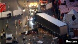 Тягач вытаскивает грузовик, врезавшийся в рождественский рынок в Берлине, в районе Курфюрстендамм, 20 декабря 2016 года