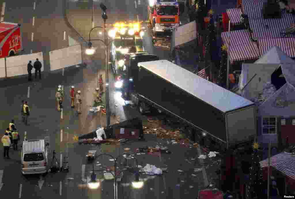 Место теракта: рождественский базарна площади Брайтшайдплац, и грузовик, ставший орудием убийства. Берлин, 20 декабря 2016 года.