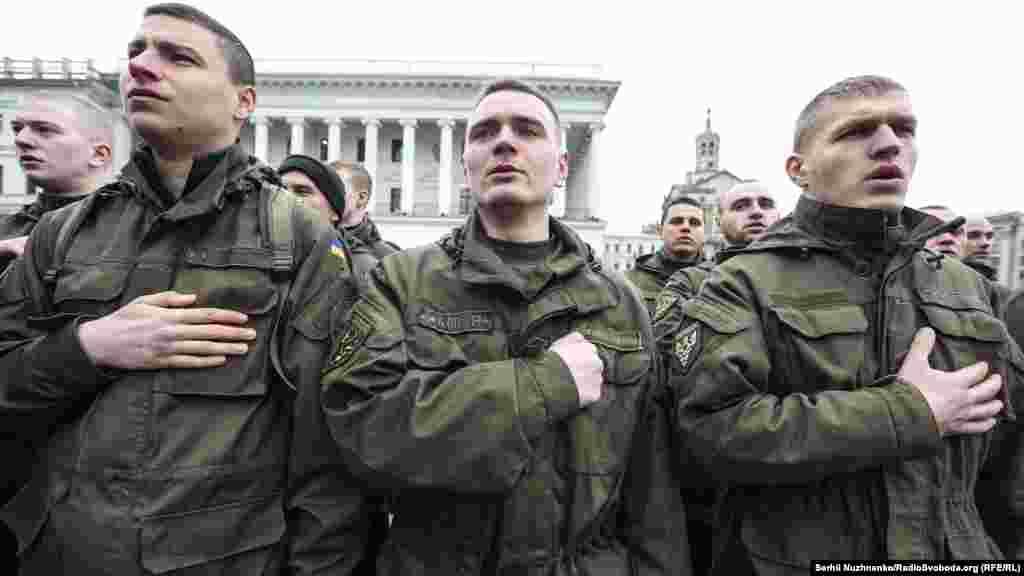 В украинских городах в этот день прошли торжественные шествия. Люди возлагали цветы к мемориальным стелам, установленным в память о погибших в вооруженном конфликте в Донбассе.