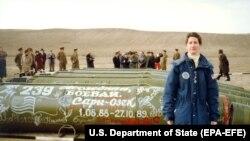 Američka ambasadorka Ejlin Meloj, šefica jedinice za kontrolu naoružanja u Američkoj ambasadi u Moskvi na mestu gde su eliminisani poslednji sovjetski projektili kratkog dometa pod INF sporazumom (Kazahstan, 1990)