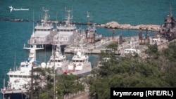 Стоянка судов «Генмол» в Керчи, где находились украинские военные корабли