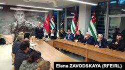 Прежде чем ответить на вопросы, Ардзинба высказался о текущем моменте и назвал главным тормозом развития страны раскол в обществе