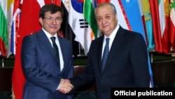 Өзбек жана түрк министрлери Абдулазиз Камилов (оңдо) жана Ахмет Давутоглы, Ташкент, 10-июль, 2014.
