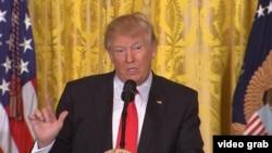 Donald Trump gjatë konferencës së mbrëmshme për gazetarë në Shtëpinë e Bardhë