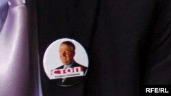 Poslanik Radikalne stranke nosi bedž sa Šešeljevim likom.