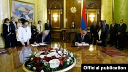 Armenia - Economy Minister Karen Chshmaritian (R) signs an agreement with Don Grantham, Microsoft's president for central and eastern Europe, Yerevan, 27May2015.