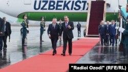 Өзбекстандын президенти Шавкат Мирзиёев жана Тажикстандын лидери Эмомали Рахмон Дүйшөмбү эл аралык аэропортунда. 9-март, 2018-жыл.