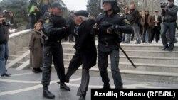 Bakı, aksiyaçını polis tutub aparır, 2 aprel 2011