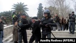 Полиция препятствует проведению оппозиций митинга в центре Баку, 2 апреля 2011 г.