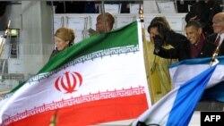 پرچم ایران در مقابل محل استقرار باراک اوباما در نخستین روز آغاز به کار در ژانویه ۲۰۰۹