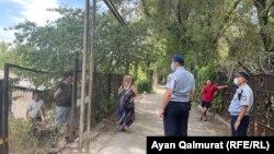 Күшпен көшіруге наразылық танытқан тұрғындармен полиция келіссөз жүргізіп жатыр. Алматы, 2 тамыз 2021 жыл.
