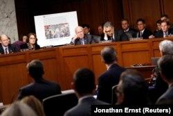 Американские сенаторы демонстрируют фальшивку российских троллей в социальных сетях