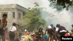 Демонстранттар менен полициянын тирешүүсү. Монива (Моунъюа) шаары, Бирма. 2021-жылдын 21-марты.