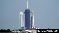 Космічний корабель компанії SpaceX Falcon 9 на стартовому майданчику