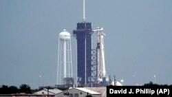 Капсулата Dragon седи върху ракетата Falcon 9 на фирмата SpaceX в готовност за излитане на 27 май 2020 г.